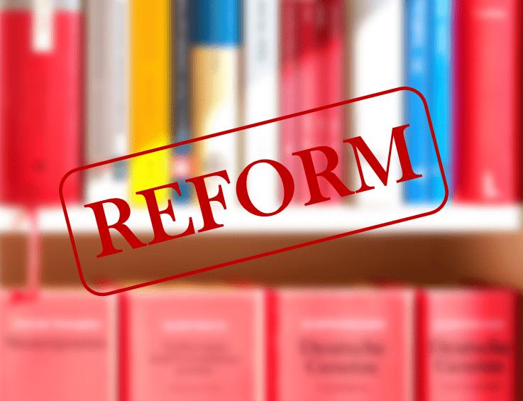 Bild mit Schriftzug Reform und Büchern im Hintergrund Insolvenz 3 Jahre Insolvenzverfahren 3 Jahr